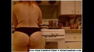 Горничная отсасывает у хозяина квартиры в душе и дает в задок