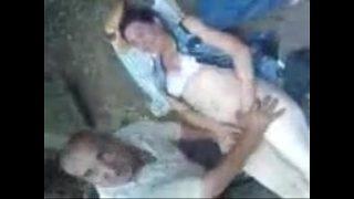 Две лесбияночки занимаются развратом на кровати и стягивают себя на видеокамеру