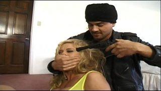 Офицер и домохозяюшка наказывают хулиганку за её поведение