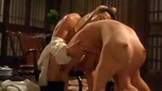 Обе лесбиянки блондиночки ласкаются в примерочной магазинчика